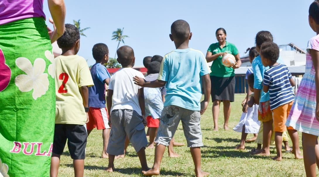 裸足でボールを追う元気いっぱいのフィジーの子供たち